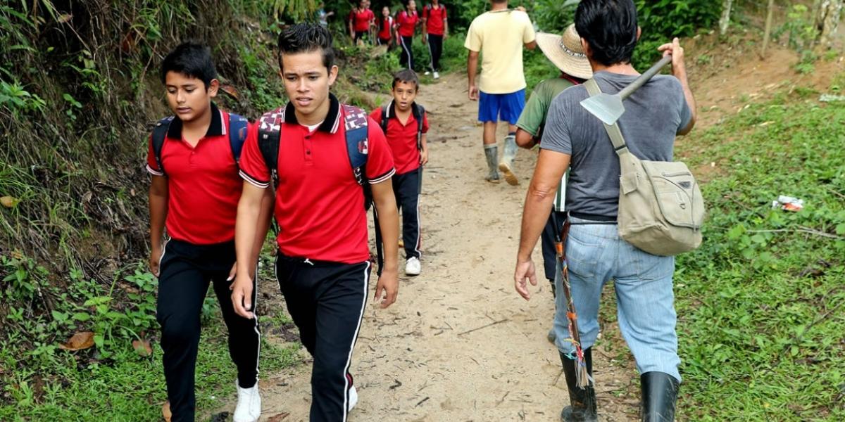 iños del hogar juvenil campesino camino al colegio Monseñor Sarmiento Peralta en la población Las Mercedes.