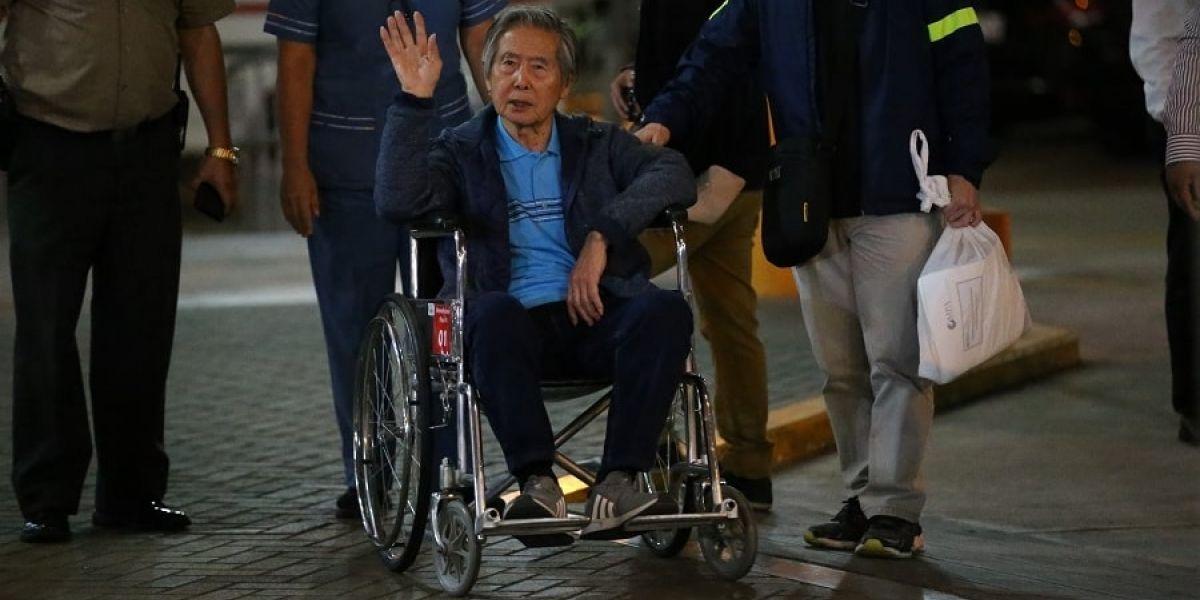 Alberto Fujimori, en momentos que salía de la clínica.