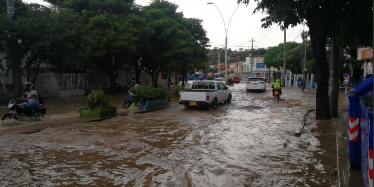 Las lluvias también anegaron algunos puntos en la Avenida del Río.