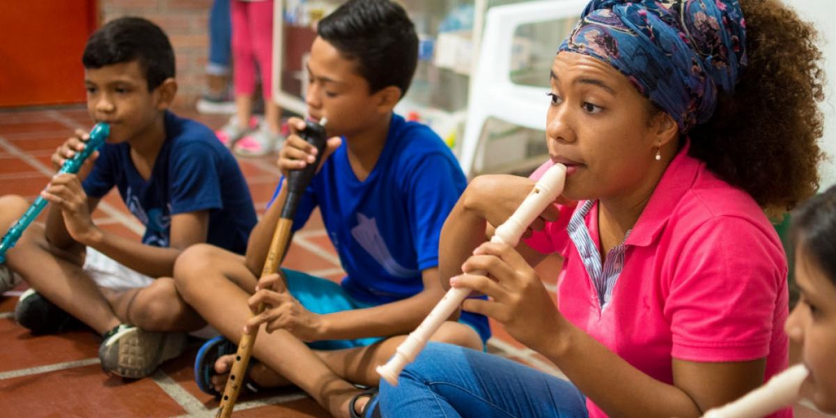 Niños recibiendo clase de musica
