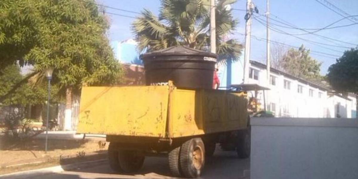 Hace un año esta imagen se hizo famosa en Santa Ana: el transporte de agua potable se hacía en un carro de la basura.