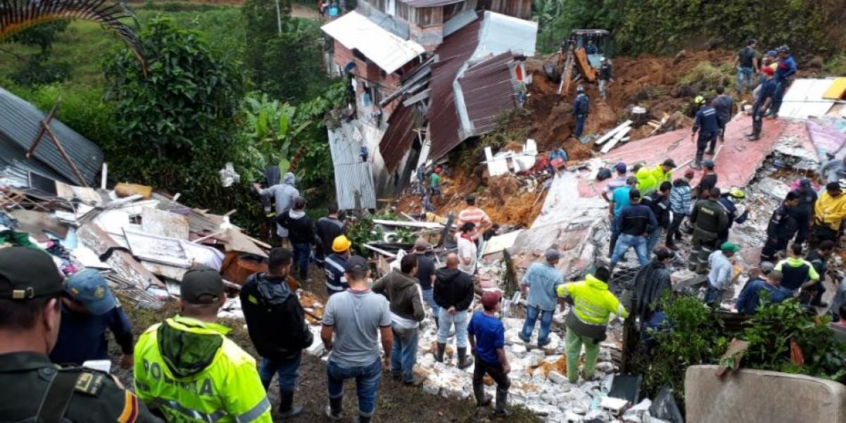 El deslizamiento dejó varias viviendas destruidas.