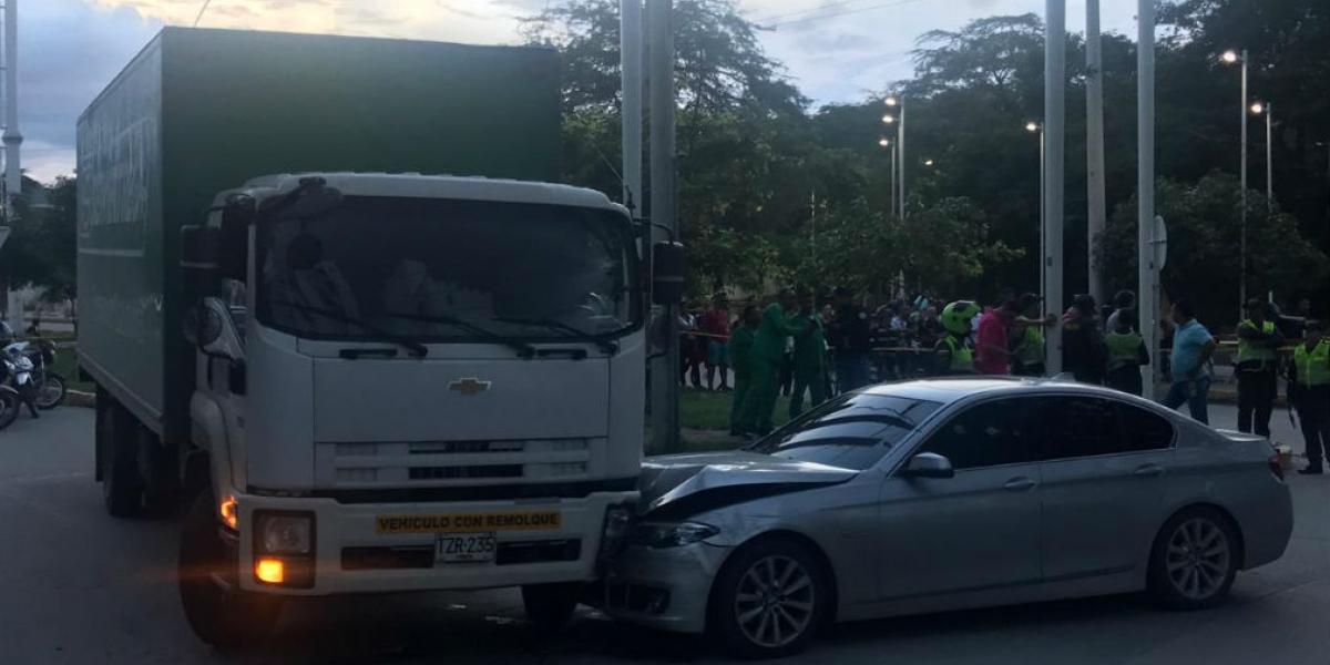 El carro de la víctima chocó con un camión de Servientrega.