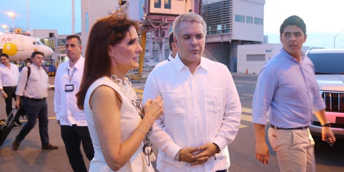 A su llegada a Santa Marta, Iván Duque fue recibido por Rosa Cotes.