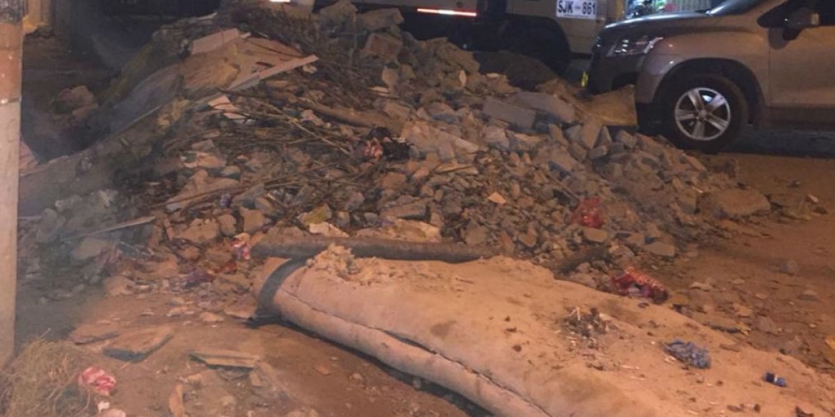 Habitantes de El Pando se quejan por arrojo de escombros en calles del barrio.