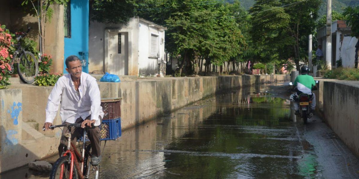 Así se observa la calle canal del barrio Ondas del Caribe, se encuentra inundada de las presuntas aguas negras.