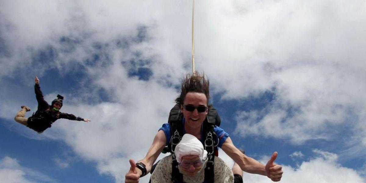 Bisabuelita se lanza de 4 mil metros de altura