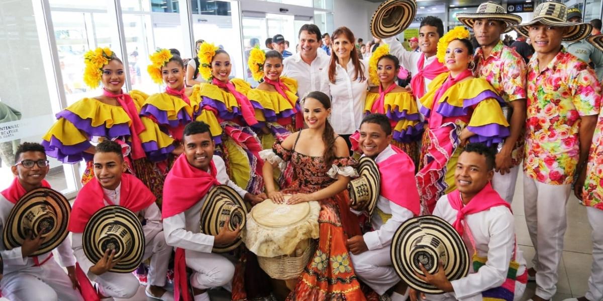 Con cultura tradicional de la región recibieron a los pasajeros de un vuelo histórico.
