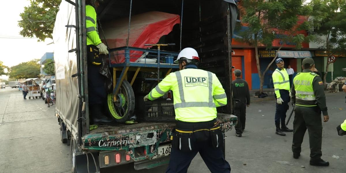 En el operativo fueron decomisados varios elementos que tenían los vendedores informales.