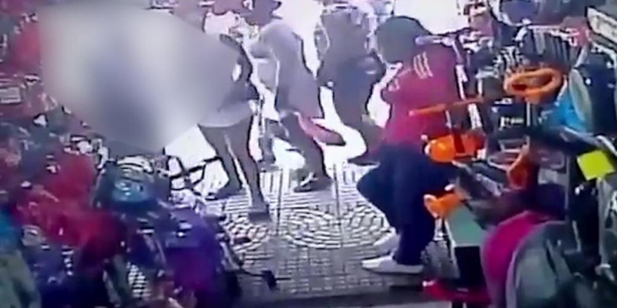 Uno de los menores se llevó una bicicleta pequeña, mientras que las mujeres distrajeron a las vendedoras.
