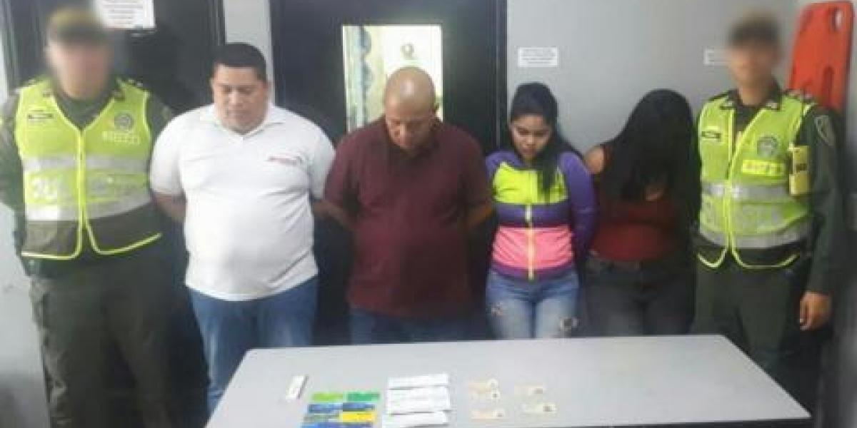 Cuatro personas fueron capturadas en el norte de Barranquilla cuando pretendieron hacer efectivo cuatro cheques que sumaban 19 millones 600 mil pesos.