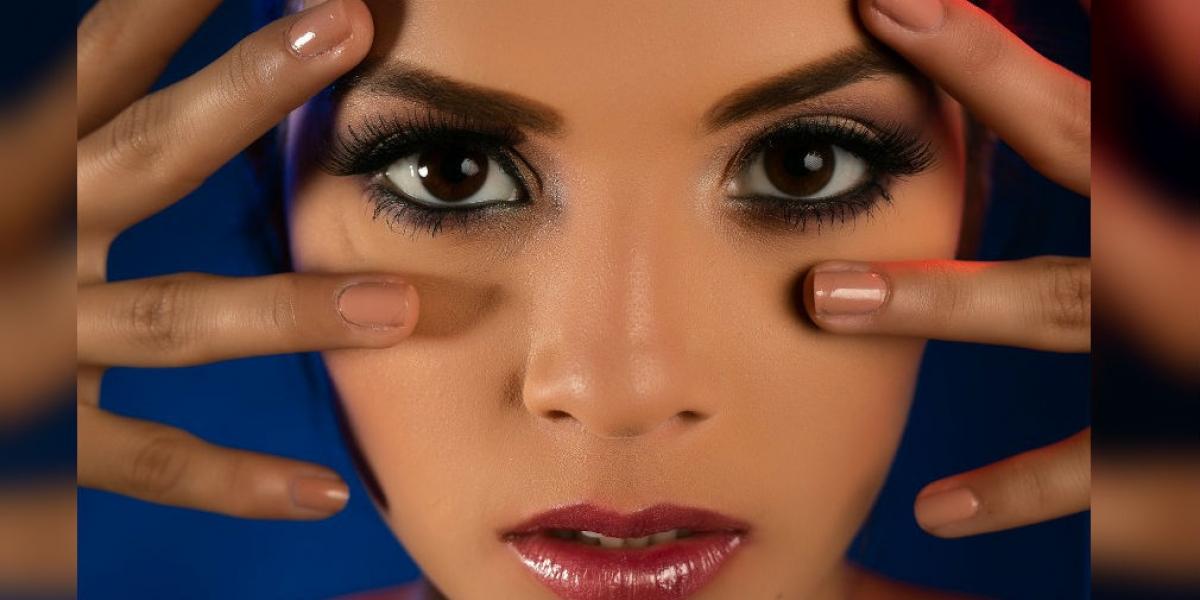 4122ed36e Maria Fernanda Betancur, luciendo un estilo de maquillaje para la fiesta de  fin de año