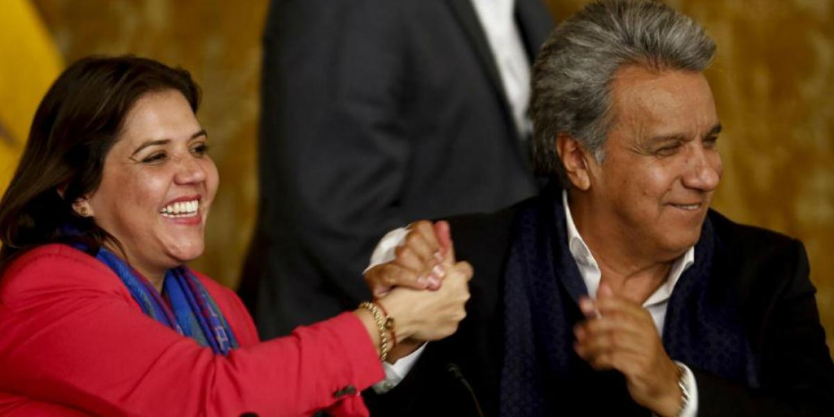 Lenín Moreno, presidente de Ecuador, celebra el triunfo del 'Sí' junto a su vicepresidenta.