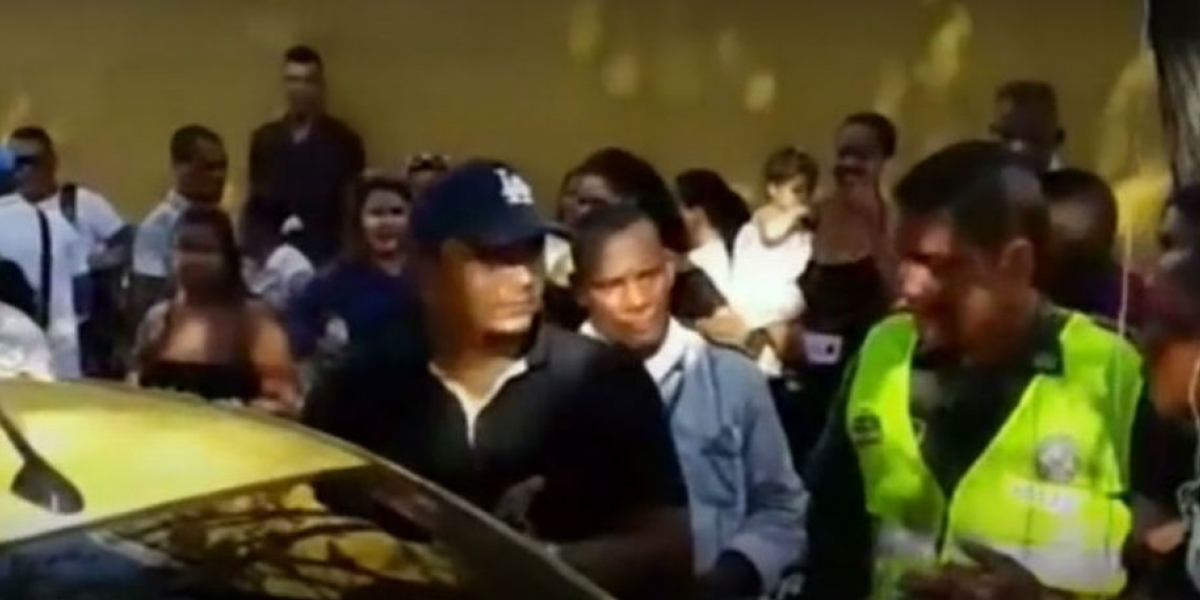 Los taxistas le pidieron que moviera el vehículo, pero el conductor amenazó con usar la fuerza.