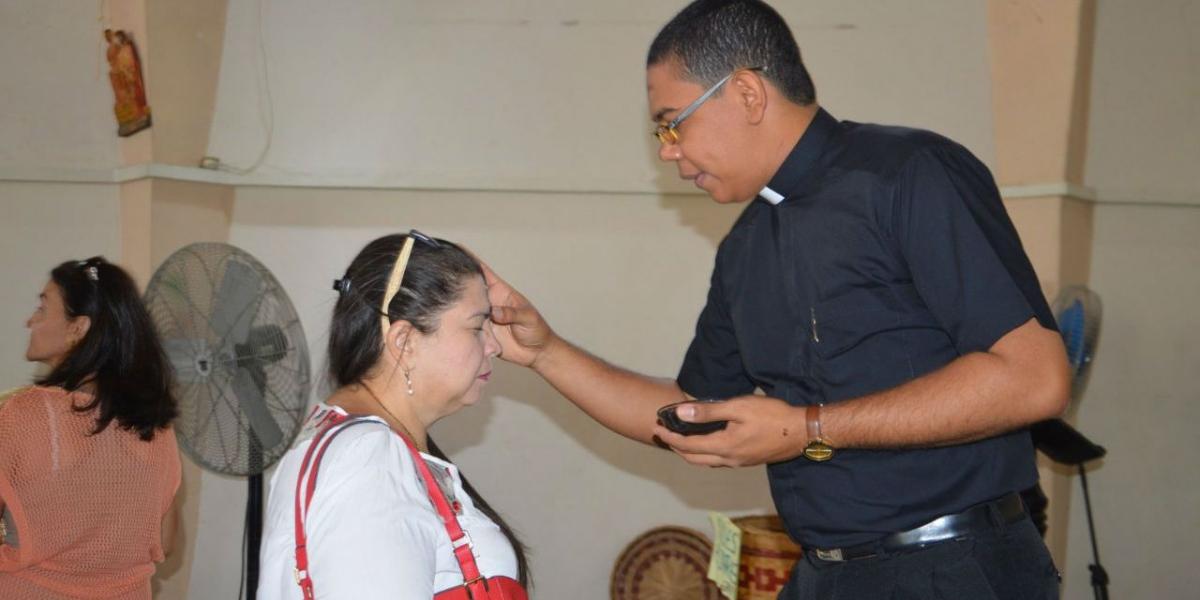 Samarios asisten masivamente a ponerse la cruz.
