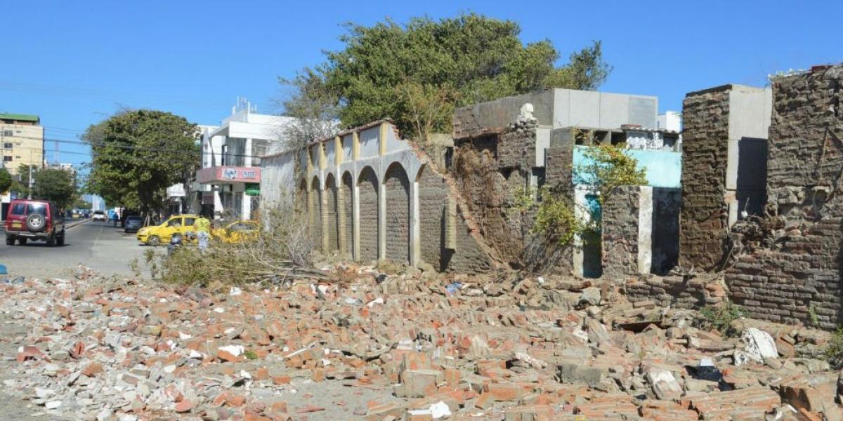 la pared del cementerio fue derribada por las fuertes brisas.