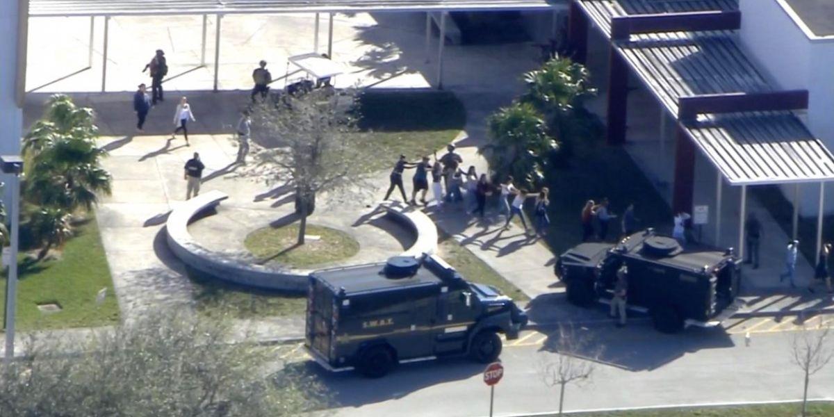 Un grupo de estudiantes protegidos por las autoridades.
