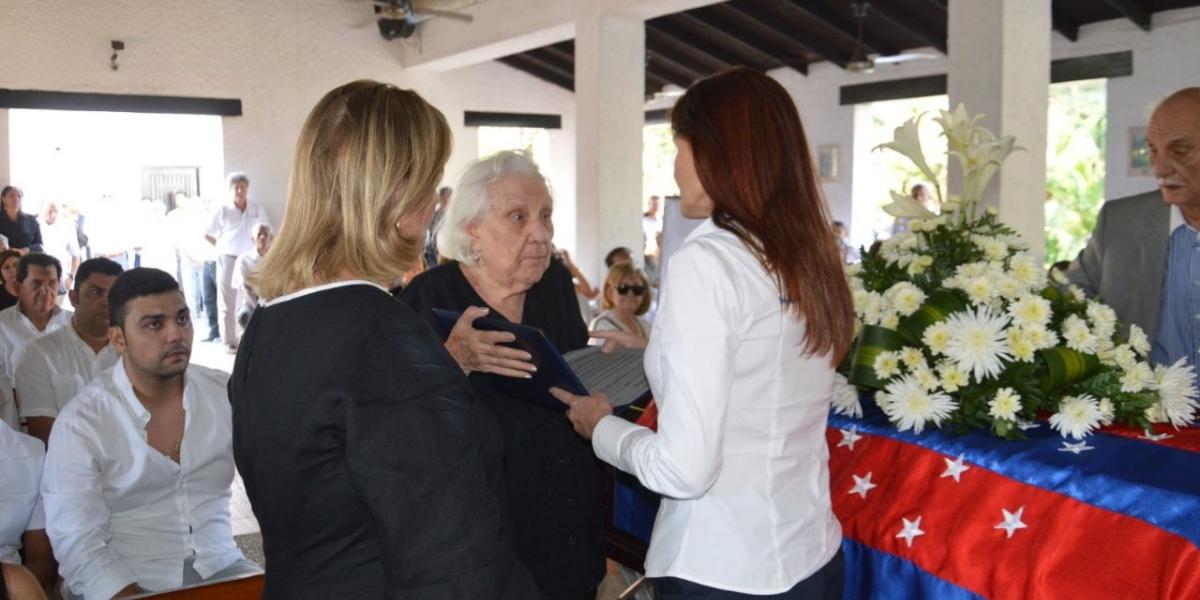 La gobernadora Rosa Cotes entregó el homenaje a Sofía Díaz Granados, viuda de Saade.