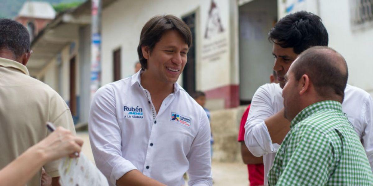 Rubén Jiménez, candidato a la Cámara, en su recorrido por los municipios.
