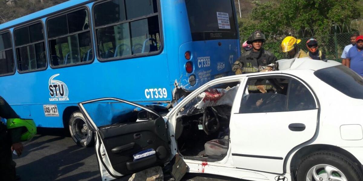El carro se metió por la parte trasera de la Buseta.
