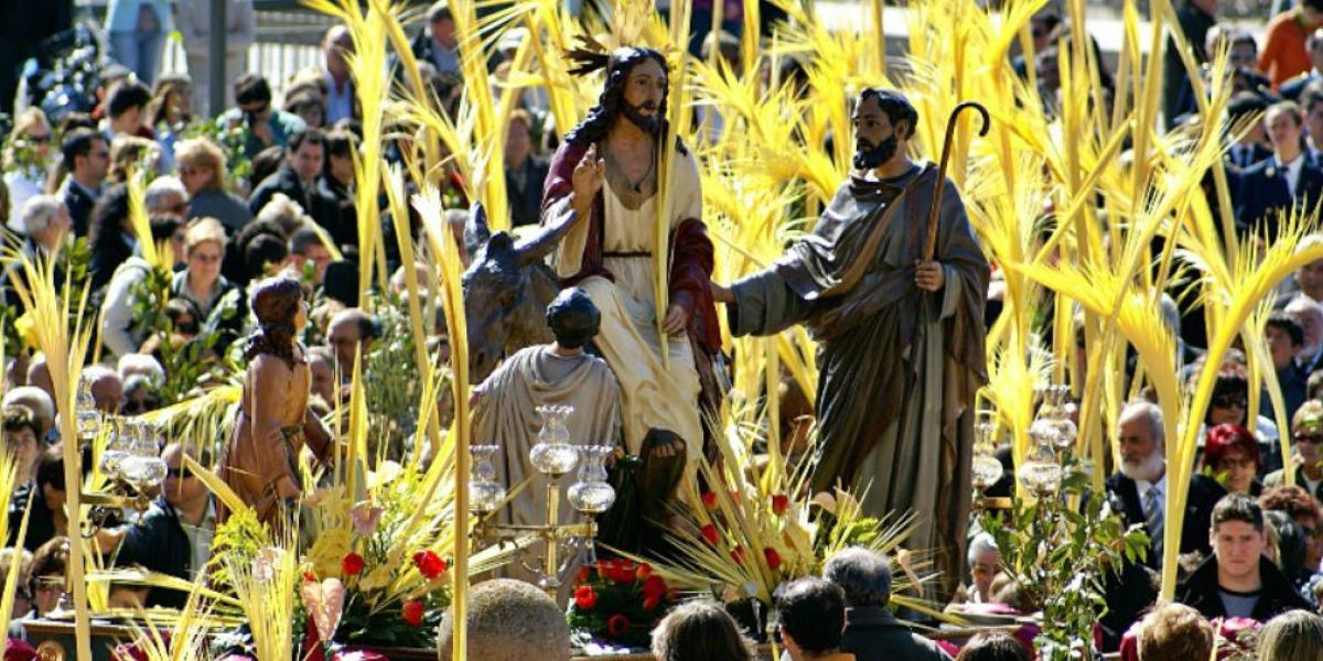 Miles de laicos celebran la llegada de Jesucristo con Palmas de cera.