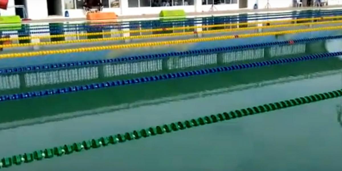 """Una de las piscinas del complejo acuatico """"Vida"""" está sucia."""