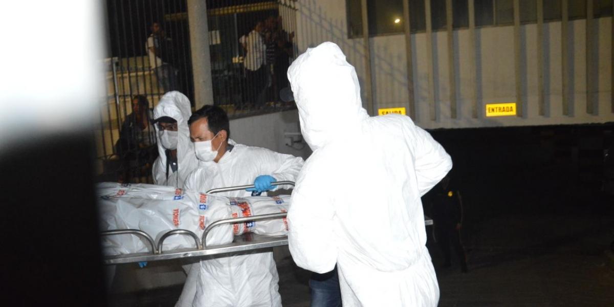 Momentos en que miembros de Medicina Legal sacan el cuerpo sin vida de Miguel Vergara.