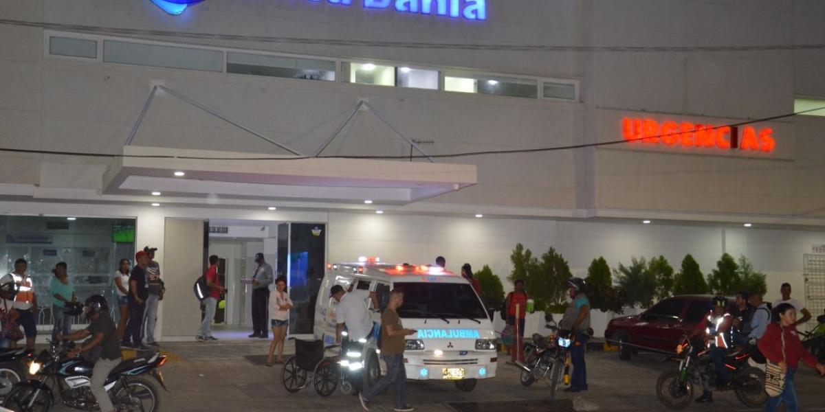 La Policía custodia la entrada de la clínica Bahía, en donde se encuentra el presunto homicida en reanimación.