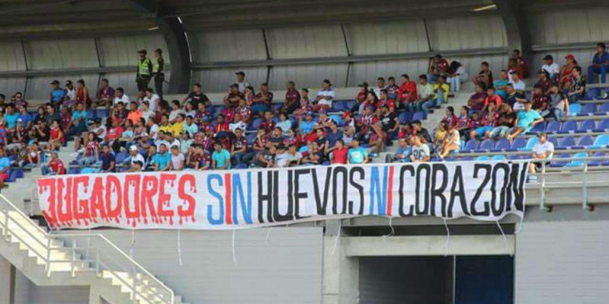 Pancarta ofensiva dentro del estadio Sierra Nevada.