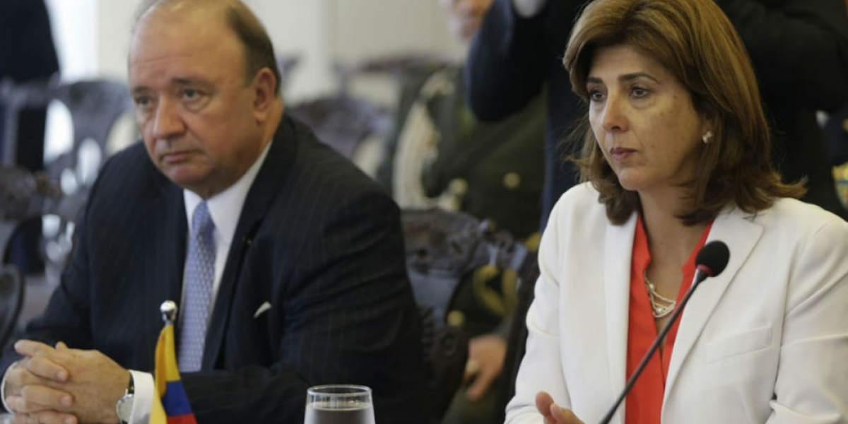 La canciller colombiana, María Ángela Holguín (d), y el ministro de la Defensa colombiano, Luis Carlos Villegas.