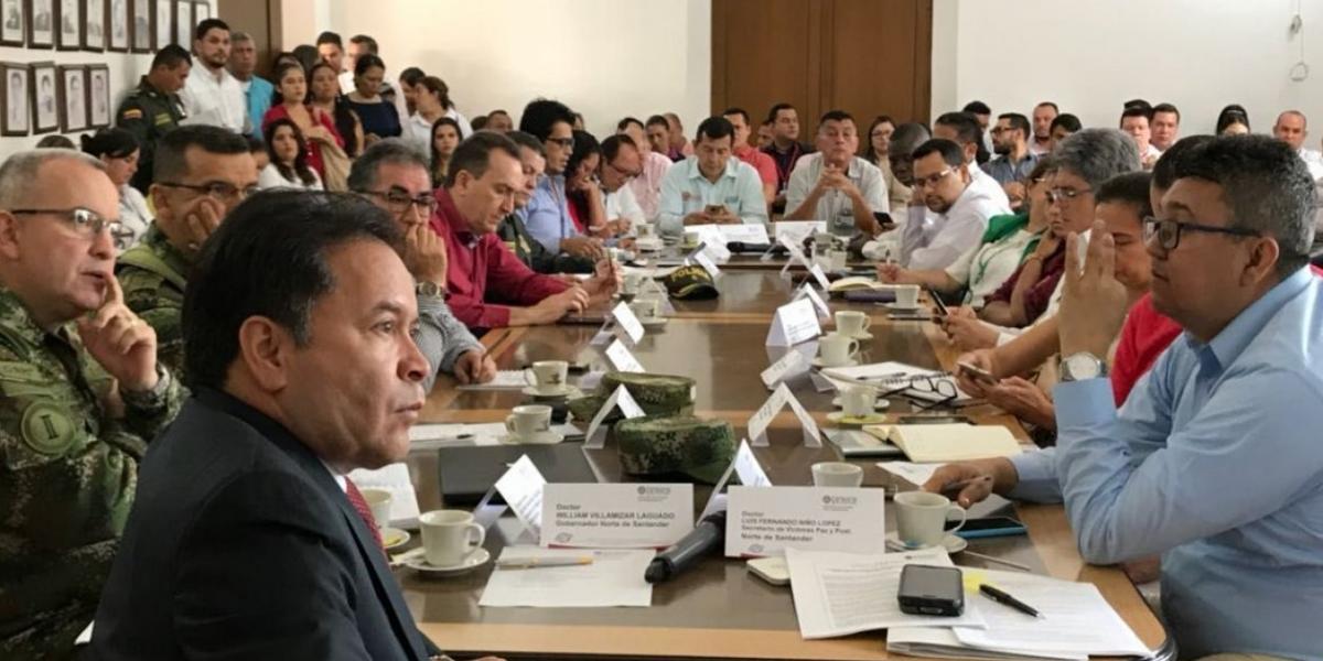 El Gobernador de NorteWilliam Villamizar Laguado y las autoridades departamentales, entre ellas el Ejército, Policía, alcaldes y representantes de las víctimas.