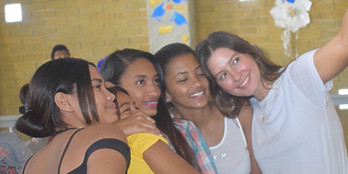 Taliana comparte con los jóvenes de su fundación.