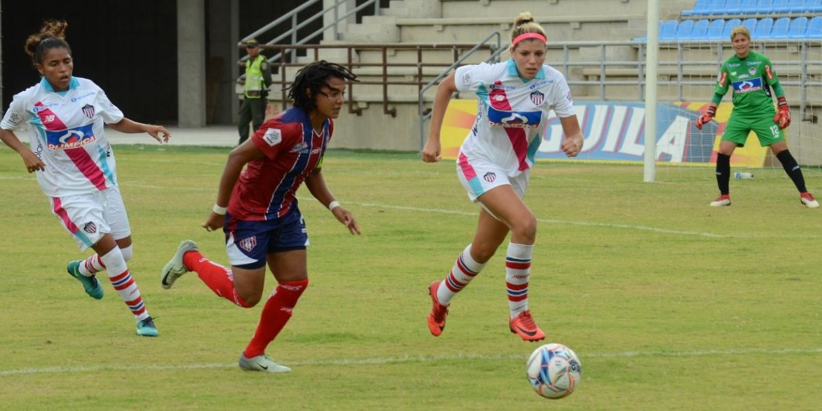 Momentos del partido entre el Unión Femenino y las Tiburonas del Junior Femenino, que se jugó este domingo en el estadio Sierra Nevada.