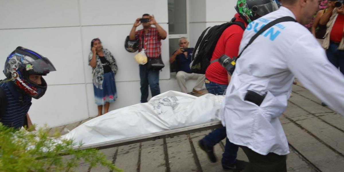 Hasta la clínica llegaron los hombres de criminalística de la Policía para la realizar el levantamiento.
