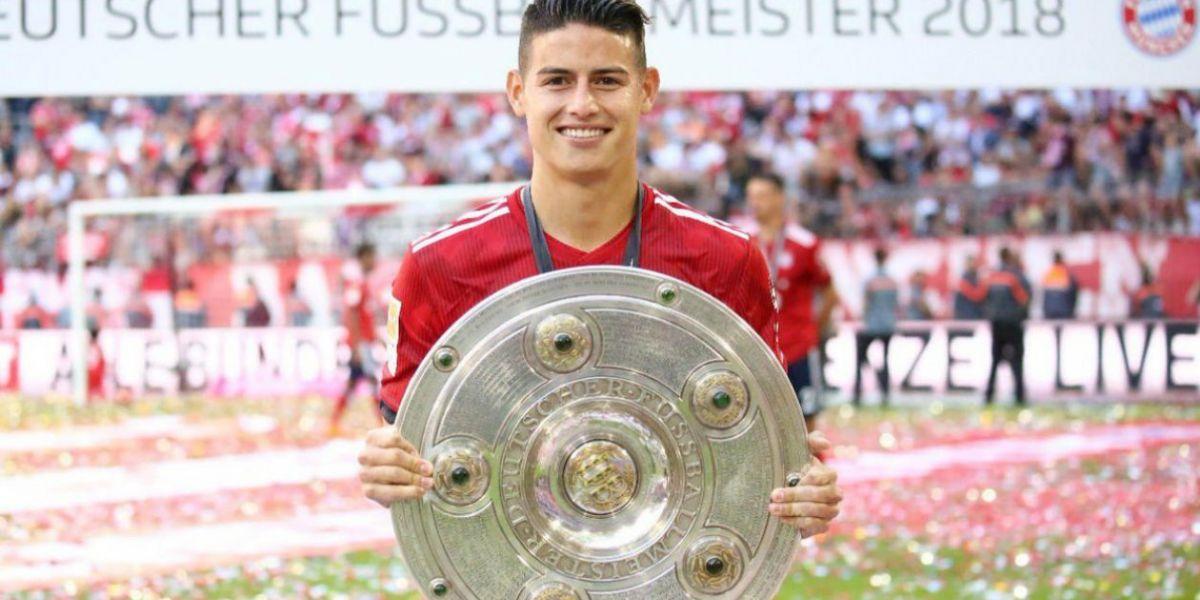 James Rodríguez levanta el trofeo de campeón de la Liga de Alemania.