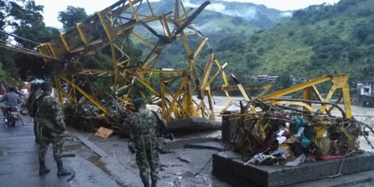 Puente Simón Boliíar destruido en Puerto Valdivia.