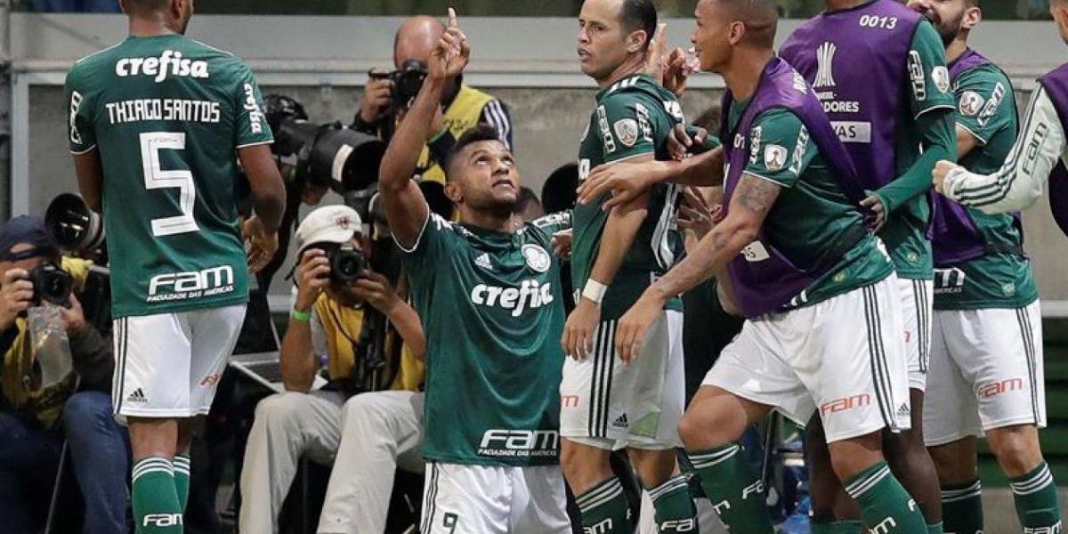 Miguel Borja celebrando con sus compañeros.