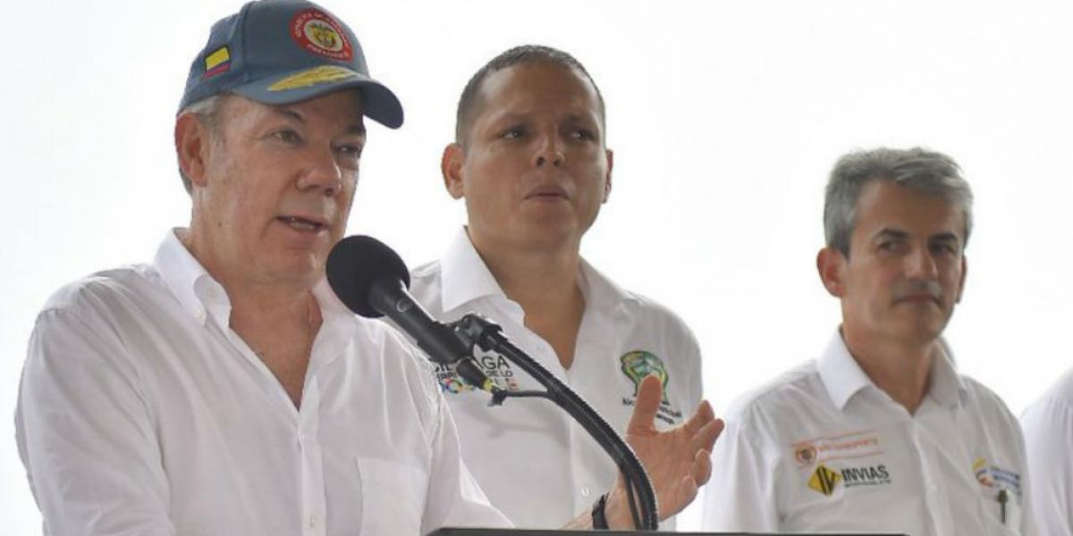 El alcalde de Ciénaga, Nene Pérez, acompañó al presidente Santos durante su intervención.