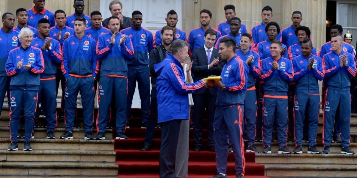 El Presidente Juan Manuel Santos entrega al capitán Falcao García la bandera de Colombia.