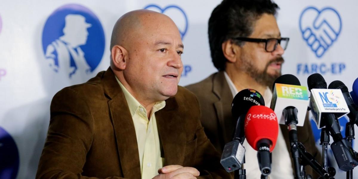 """Los miembros de la FARC Luciano Marín, alias """"Iván Márquez"""", y Julián Gallo Cubillos, alias """"Carlos Antonio Lozada""""."""
