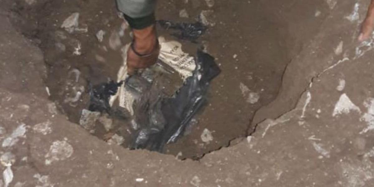 La droga estaba enterrada en el patio de una casa y sería enviada al exterior en los próximos días  Foto: Policía Antinarcóticos.