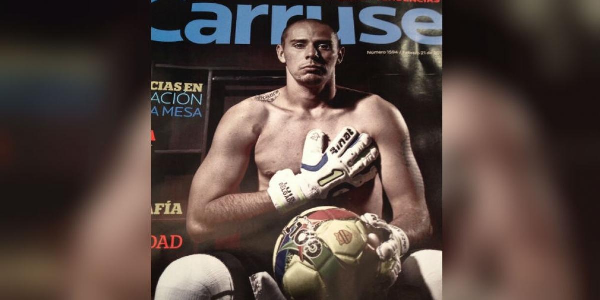 Luis Delgado en la portada de una revista, posa apoyando a las mujeres con cáncer de mama.