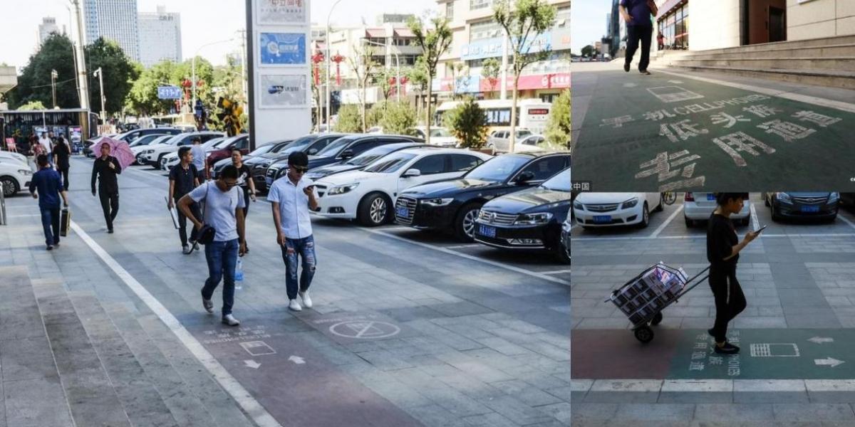 Muchas personas caminan mirando su celular por la calle.