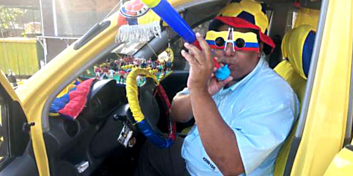 Rafael Carillo le imprimió al taxi su pasión por el fútbol.