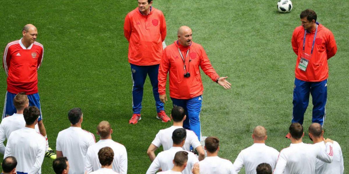Stanislav Cherchesov habla con sus jugadores de la Selección Rusia.
