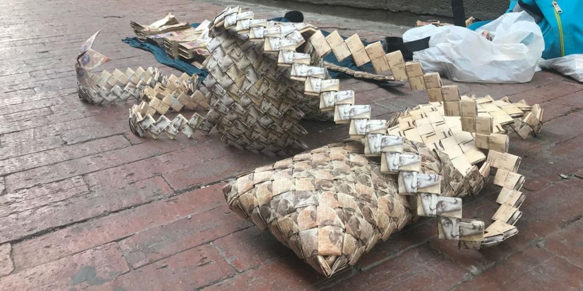 Estos son los bolsos que ofrecen los venezolanos en las calles de Santa Marta
