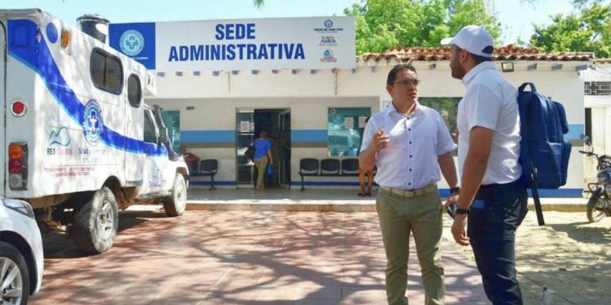 Fachada de la sede administrativa de la ESE Alejandro Próspero Reverend. Afuera, el alcalde Rafael Martínez y el secretario de salud, Julio Salas.