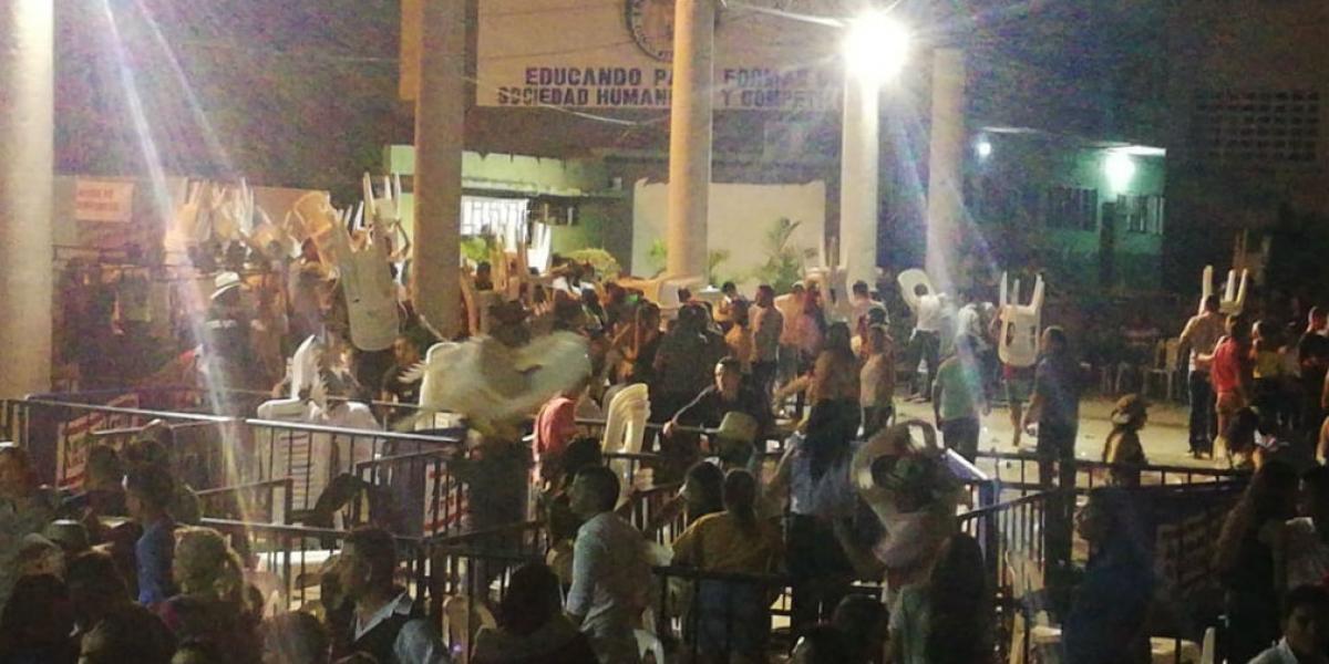 Momentos en que la gente se llevó las sillas del concierto.
