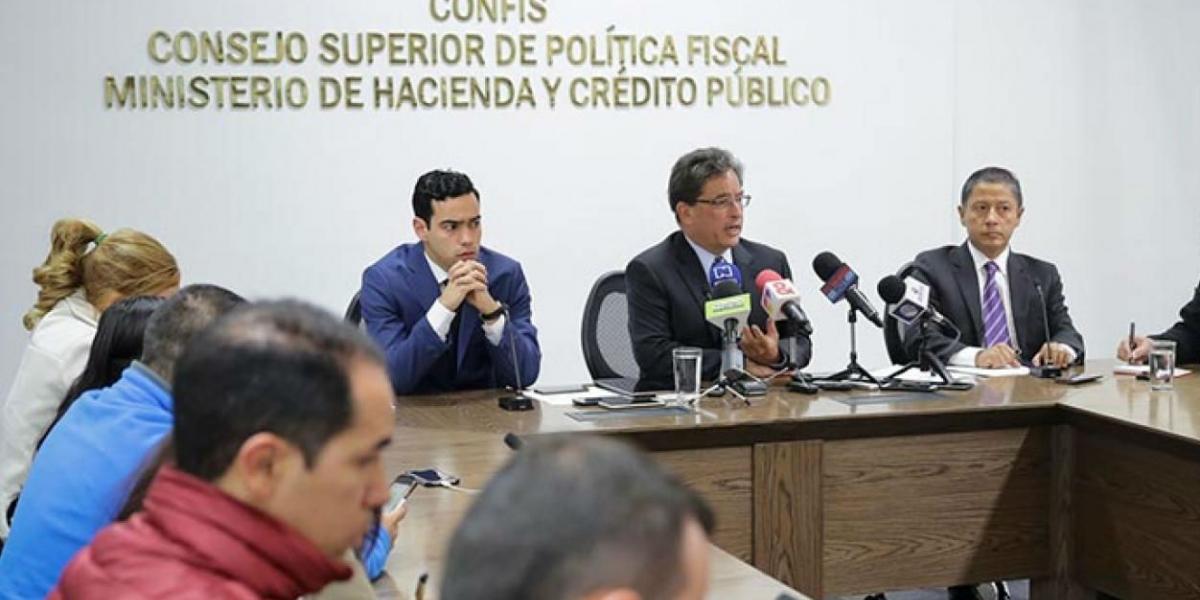 El ministro de Hacienda, Alberto Carrasquilla, en una rueda de prensa en Bogotá.