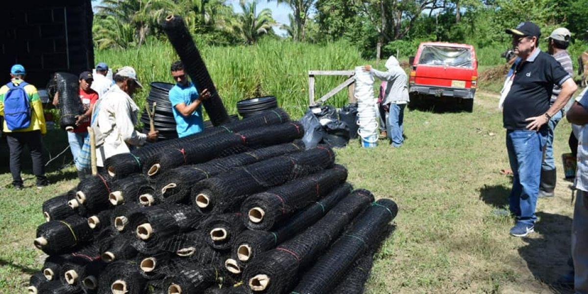 Los insumos para el agro fueron entregados por el alcalde Pedro Sánchez Rueda.
